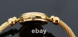 Gucci 2700l Gold Plated Ladies Watch Avec Cadran Noir Et Bracelet Bicolore